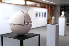 Ausstellung »Weiß« — Skulptur vorne: Helga Coning