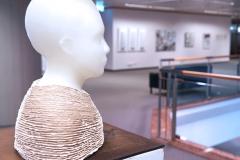 Ausstellung »Weiß« — Skulptur vorne: Andrea Viebach